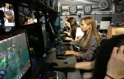 Girls-Playing-DOTA-2[1]