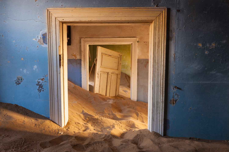kolmanskop-namibia-ghost-town-woe11