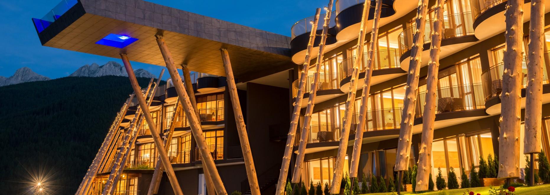 alpin_panorama_hotel_hubertus_aussenansicht_daemmerung_131