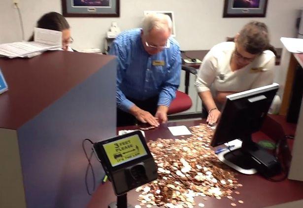 ОДМАЗДА ЗА ДАНОЧНАТА УПРАВА: Американец данокот го платил со 300.000 монети (ВИДЕО)