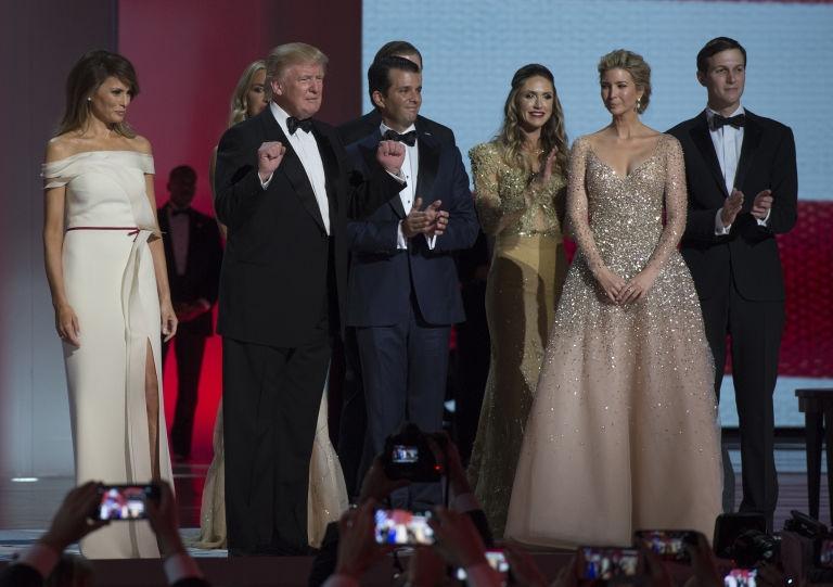 МЕЛАНИЈА ВООДУШЕВИ: Погледнете го првиот танц на претседателот Доналд со првата дама на САД (ВИДЕО)