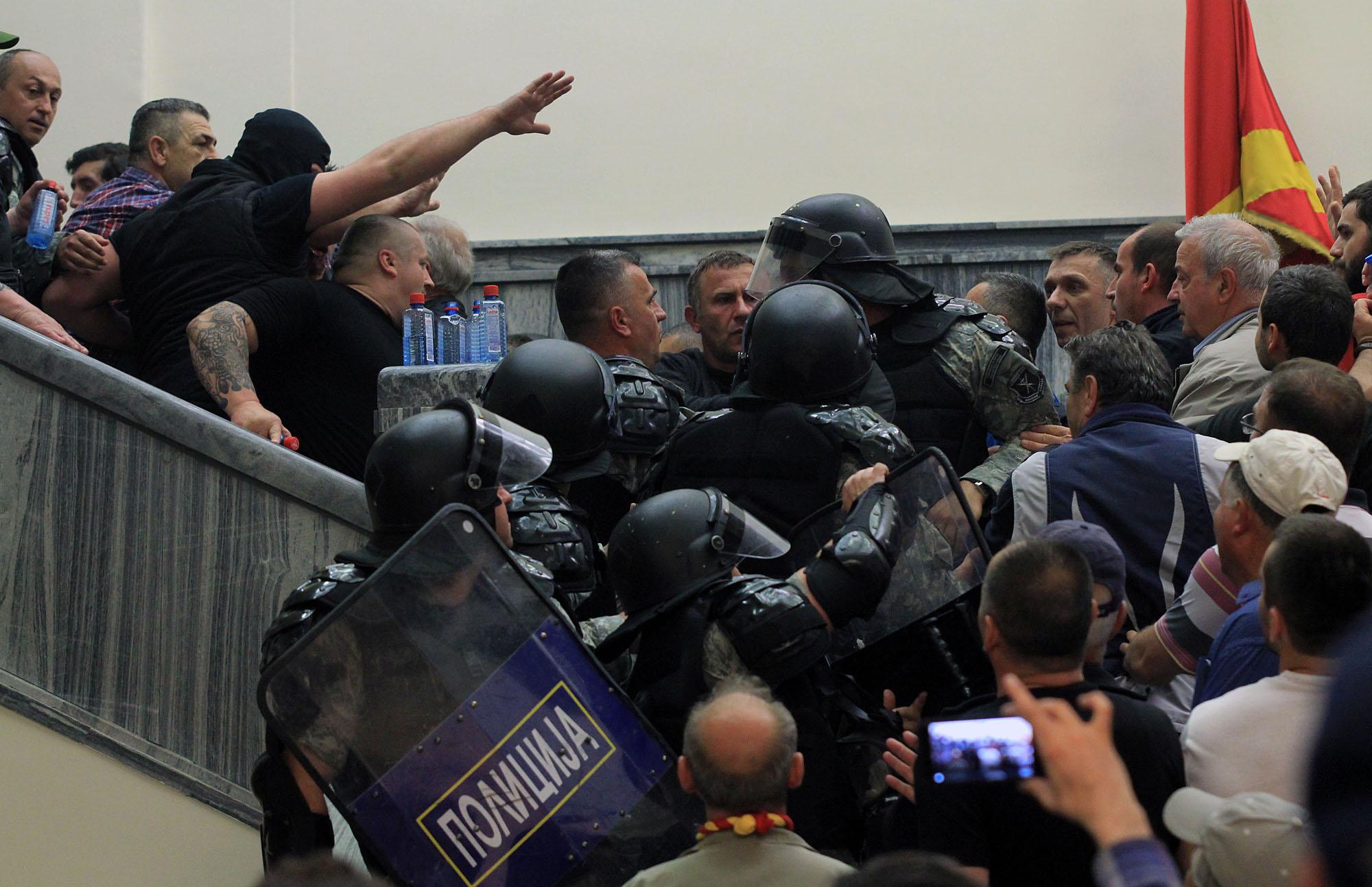 Пред Собранието денеска мирно, во протестите повредени над 100 лица (ФОТО)