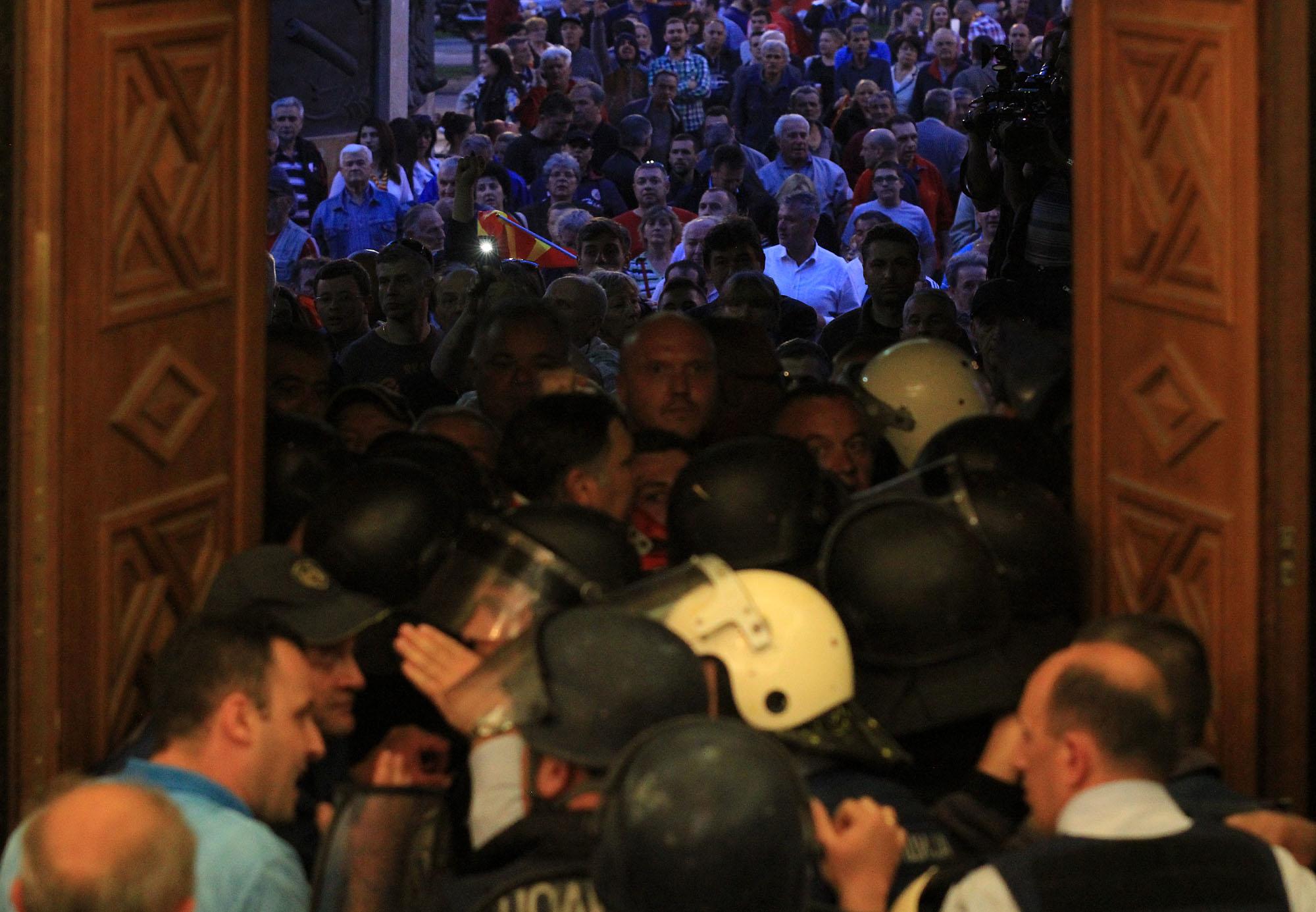 ТЕНЗИЧНО ДЕНОНОЌИЕ ВО СОБРАНИЕТО: Насилен упад, претепани пратеници и демолирани простории (ФОТО)