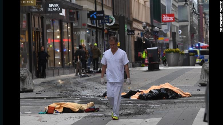 НАПАД ВО ШВЕДСКА: Камион удрил и усмртил група пешаци во центарот на Стокхолм (ВИДЕО)