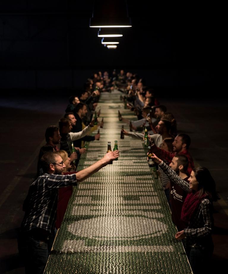 РЕКЛАМА ЗА ГИНИС: Преку 60.000 капачињa употребени за новиот спот на Скопско (ФОТО)