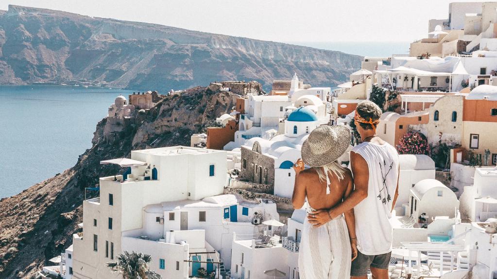 РАБОТА ОД СОНИШТАТА: Патуваат по најнеобичните места во светот и заработуваат пари од фотографиите