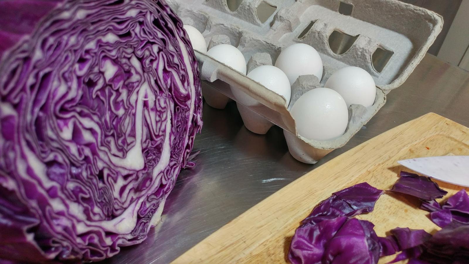 ЦВЕКЛО, КРОМИД, ВИНО И ЗЕЛКА: Бојадисајте ги велигденските јајца со природни бои (ФОТО)