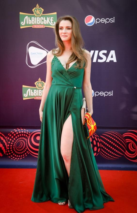 БЛЕСНА НА ЦРВЕНИОТ ТЕПИХ: Јана Бурческа во зелен фустан на гламурозното отворање во Киев