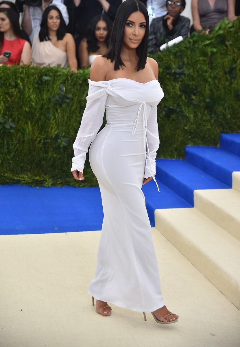 """Ким Кардашијан воодушеви со едноставниот изглед на """"Мет Гала"""" (ФОТО)"""