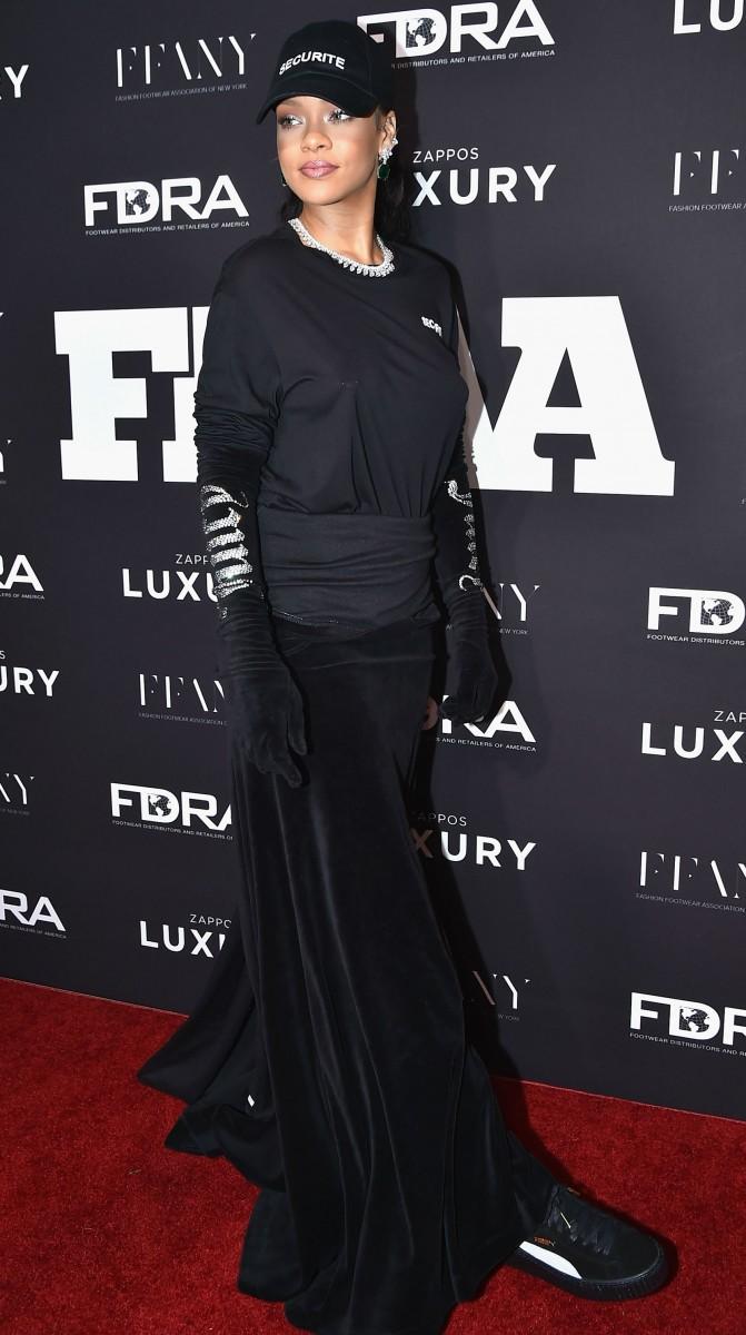 """КРАЛИЦА НА ФУСТАНИТЕ: Погледнете ја Ријана на овогодинешната """"Мет Гала"""" (ФОТО)"""