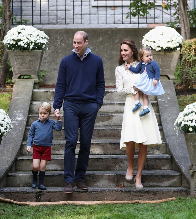 РОДЕНДЕНСКИ ПОДАРОК ЗА СВЕТОТ: Кралското семејство објави фотографија од малата Шарлот (ФОТО)
