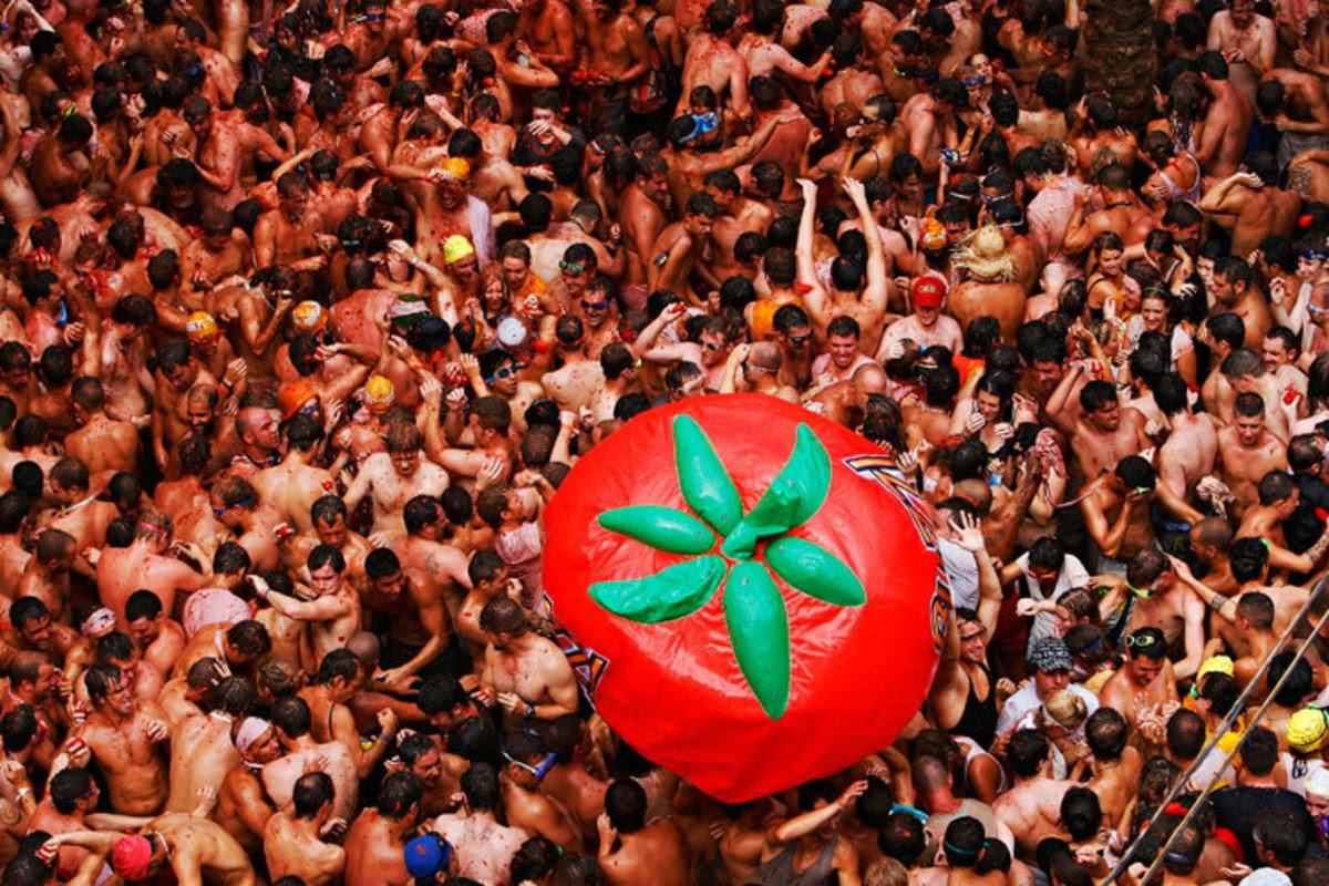 ФЕСТИВАЛ ТОМАТИНА: Илјадници луѓе во борба со домати (ФОТОГАЛЕРИЈА)