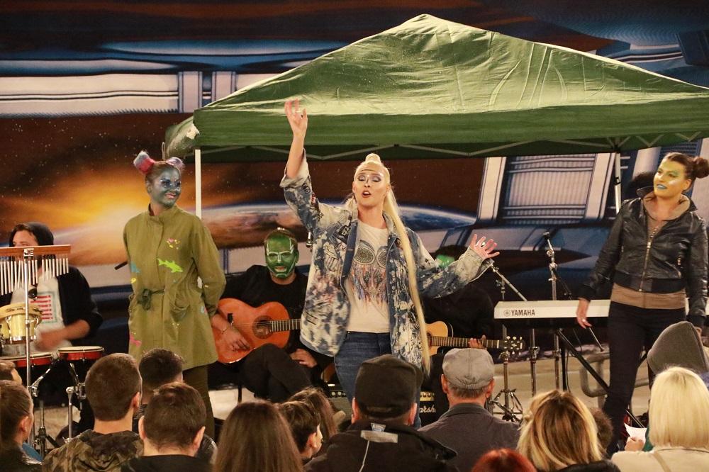 И покрај дождот Сара полета во вселената со својот бенд!