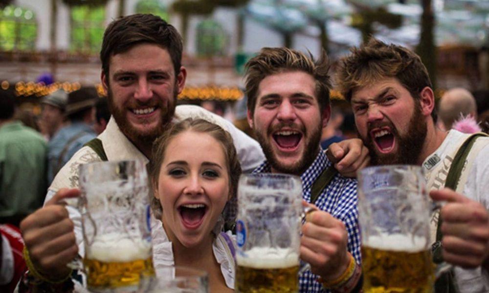 Стотици лица веќе чекаат во ред за отворање на Октоберфест во Минхен