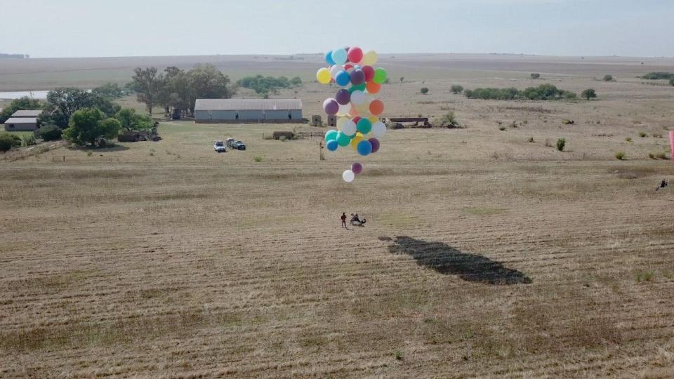 НЕВЕРОЈАТНО: Прелетал 24 километри користејќи обични балони (ВИДЕО)