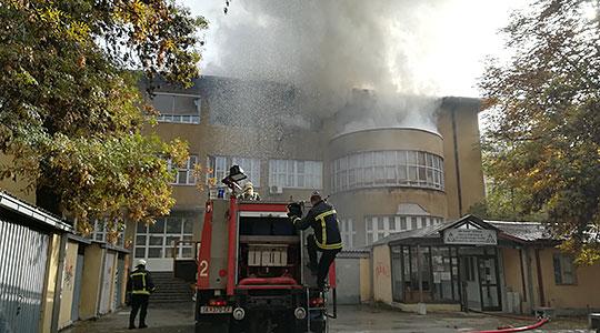 Се запали Градежен факултет - пожарот ставен под контрола (ФОТО)