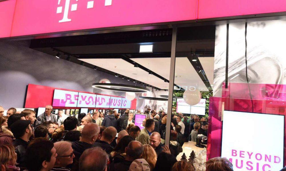 Редици на луѓе за отворањето на новиот салон на Телеком во  Сити мол