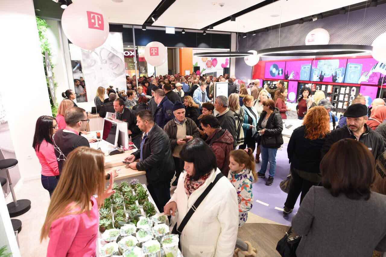 """Редици на луѓе за отворањето на новиот салон на Телеком во """"Сити мол"""" (ФОТО)"""