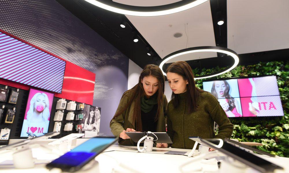 НОВ КОНЦЕПТ  Зелен ѕид во новиот салон на Телеком во  Сити мол  во Скопје