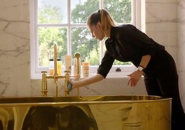 Најбогатата Хрватка, ќерката на Берни Еклстон, се капе во златна када (ВИДЕО)